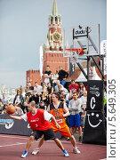 Купить «Люди играют в баскетбол на Красной площади в Москве», фото № 5649305, снято 27 мая 2012 г. (c) Losevsky Pavel / Фотобанк Лори