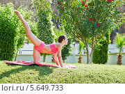 Купить «Молодая женщина делает зарядку в летнем саду», фото № 5649733, снято 10 июля 2012 г. (c) Losevsky Pavel / Фотобанк Лори