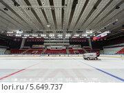 Купить «Подготовка льда на хоккейном стадионе», фото № 5649737, снято 28 апреля 2012 г. (c) Losevsky Pavel / Фотобанк Лори