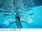 Девушка плывет в бассейне, вид снизу. Стоковое фото, фотограф Losevsky Pavel / Фотобанк Лори