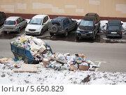 Купить «Разбросанный мусор на парковке для автомобилей в одном из дворов Москвы, 2012 год», фото № 5650829, снято 1 апреля 2012 г. (c) Losevsky Pavel / Фотобанк Лори