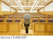 Купить «Правительственный конференц-зал, микрофон на фоне аудитории», фото № 5650937, снято 2 декабря 2010 г. (c) Losevsky Pavel / Фотобанк Лори