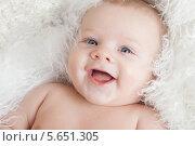 Купить «Портрет веселого младенца», фото № 5651305, снято 19 января 2012 г. (c) Losevsky Pavel / Фотобанк Лори