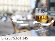 Купить «Стакан пива стоит на подоконнике», фото № 5651345, снято 7 марта 2012 г. (c) Losevsky Pavel / Фотобанк Лори