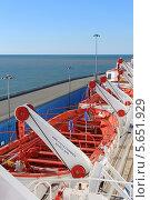 Купить «Спасательные шлюпки на борту океанского лайнера Thomson Spirit», эксклюзивное фото № 5651929, снято 3 февраля 2014 г. (c) Алексей Гусев / Фотобанк Лори