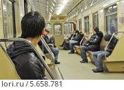 Люди сидят в вагоне метро. Стоковое фото, фотограф Савицкая Татьяна Сергеевна / Фотобанк Лори