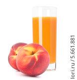 Купить «Стакан персикового сока и свежие персики», фото № 5661881, снято 31 июля 2012 г. (c) Natalja Stotika / Фотобанк Лори