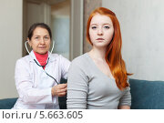Купить «Врач прослушивает девушку пациентку», фото № 5663605, снято 5 января 2013 г. (c) Яков Филимонов / Фотобанк Лори