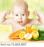 Купить «Детская еда, счастливый и сильный ребенок пьёт сок из свежих фруктов, здоровое питание для детей», фото № 5663897, снято 9 апреля 2011 г. (c) Инара Прусакова / Фотобанк Лори