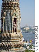 Купить «Фрагмент одного из малых прангов храма Утренней Зари на фоне реки Чаопхрая. Бангкок», фото № 5664829, снято 24 января 2014 г. (c) Виктор Карасев / Фотобанк Лори