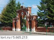 Купить «Ворота церкви Преображения Господня в Спас-Тушино, в Москве», эксклюзивное фото № 5665213, снято 19 августа 2011 г. (c) lana1501 / Фотобанк Лори