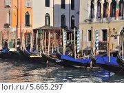 Гондолы, стоящие у административного здания в Венеции (2013 год). Редакционное фото, фотограф Алексей Яковлев / Фотобанк Лори