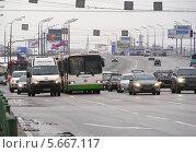 Плотное движение транспорта на Щелковском шоссе при въезде в город, Москва (2011 год). Редакционное фото, фотограф lana1501 / Фотобанк Лори