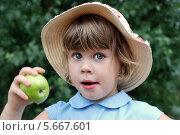 Портрет с яблоком. Стоковое фото, фотограф Светлана Шерлыгина / Фотобанк Лори