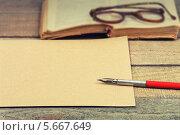 Купить «Старая бумага, ручка, книга и очки», фото № 5667649, снято 28 февраля 2014 г. (c) Anhelina Tarasenko / Фотобанк Лори