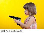 Ребенок с оружием. Стоковое фото, фотограф Светлана Шерлыгина / Фотобанк Лори