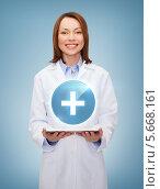 Купить «Привлекательная молодая женщина в форме медицинского работника с планшетным компьютером», фото № 5668161, снято 20 декабря 2013 г. (c) Syda Productions / Фотобанк Лори
