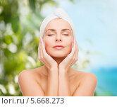 Купить «Красивая молодая женщина с очаровательной улыбкой с полотенцем на волосах», фото № 5668273, снято 5 декабря 2013 г. (c) Syda Productions / Фотобанк Лори