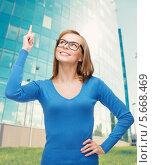 Купить «Сияющая девушка радостно подняла указательный палец вверх», фото № 5668469, снято 5 декабря 2013 г. (c) Syda Productions / Фотобанк Лори