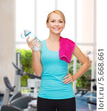 Купить «Спортивная девушка с полотенцем и бутылкой воды», фото № 5668661, снято 7 января 2014 г. (c) Syda Productions / Фотобанк Лори