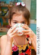 Купить «Девочка пьет из чашки», эксклюзивное фото № 5669857, снято 27 февраля 2014 г. (c) Куликова Вероника / Фотобанк Лори