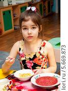 Купить «Девочка обедает в детском садике», эксклюзивное фото № 5669873, снято 27 февраля 2014 г. (c) Куликова Вероника / Фотобанк Лори