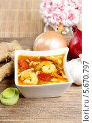 Горячий и кислый тайский суп на деревянном столе. Стоковое фото, агентство BE&W Photo / Фотобанк Лори