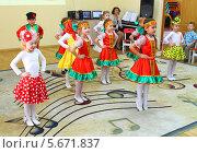 Купить «Детский сад. Утренник, посвященный празднику 8 Марта, дети танцуют», эксклюзивное фото № 5671837, снято 4 марта 2014 г. (c) Михаил Рудницкий / Фотобанк Лори