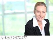 Купить «улыбающаяся деловая женщина», фото № 5672577, снято 19 мая 2010 г. (c) Phovoir Images / Фотобанк Лори
