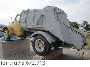Купить «Автомобиль-мусоровоз 93М на базе ГАЗ-51, в Туле, вид сзади», фото № 5672713, снято 8 августа 2012 г. (c) Малышев Андрей / Фотобанк Лори