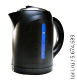 Купить «Новый электрический черный чайник на белом фоне», фото № 5674689, снято 22 октября 2013 г. (c) Куликов Константин / Фотобанк Лори
