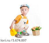 Купить «Маленький мальчик-садовник с цветами и лейкой», фото № 5674897, снято 31 мая 2013 г. (c) safonovstudio / Фотобанк Лори