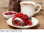 Купить «Бисквитный рулет с малиной на белой тарелке и чашка кофе», фото № 5675721, снято 19 марта 2019 г. (c) BE&W Photo / Фотобанк Лори