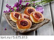 Купить «Круглые булочки с джемом на плетеной тарелке», фото № 5675813, снято 23 января 2019 г. (c) BE&W Photo / Фотобанк Лори