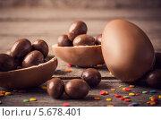 Купить «Кондитерская посыпка и шоколадные яйца на деревянном фоне», фото № 5678401, снято 15 февраля 2014 г. (c) Майя Крученкова / Фотобанк Лори
