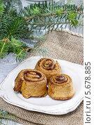 Купить «Плюшки с корицей на рождественском столе», фото № 5678885, снято 22 июля 2018 г. (c) BE&W Photo / Фотобанк Лори