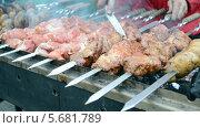 Купить «Приготовление шашлыка на шампурах», видеоролик № 5681789, снято 4 марта 2014 г. (c) FMRU / Фотобанк Лори