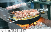 Купить «Шашлык и картошка на сковороде, приготовление на углях», видеоролик № 5681897, снято 2 марта 2014 г. (c) FMRU / Фотобанк Лори
