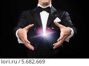 Купить «Фокусник показывает магический трюк», фото № 5682669, снято 12 сентября 2013 г. (c) Syda Productions / Фотобанк Лори