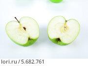 Купить «Две половинки зелёного яблока», фото № 5682761, снято 8 марта 2014 г. (c) Александр Калугин / Фотобанк Лори