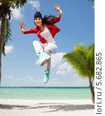Купить «Счастливая стройная девушка прыгает на тропическом пляже», фото № 5682865, снято 20 июля 2013 г. (c) Syda Productions / Фотобанк Лори