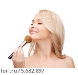 Красивая молодая женщина с кистью для макияжа. Стоковое фото, фотограф Syda Productions / Фотобанк Лори