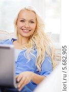 Купить «Красивая блондинка в повседневной одежде лежит дома на диване с ноутбуком», фото № 5682905, снято 6 февраля 2014 г. (c) Syda Productions / Фотобанк Лори