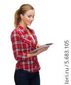 Купить «Юная девушка в повседневной одежде с планшетным компьютером в руках», фото № 5683105, снято 19 января 2014 г. (c) Syda Productions / Фотобанк Лори