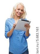 Купить «Счастливая блондинка с планшетным компьютером смеется на белом фоне», фото № 5683161, снято 6 февраля 2014 г. (c) Syda Productions / Фотобанк Лори