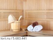 Купить «Деревянная кадка, шапка и чистые полотенца в традиционной деревянной сауне», фото № 5683441, снято 2 марта 2014 г. (c) Lora Liu / Фотобанк Лори