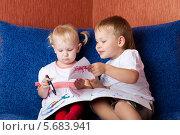 Купить «Мальчик и девочка рисуют, сидя на диване», фото № 5683941, снято 3 ноября 2008 г. (c) Владимир Сурков / Фотобанк Лори