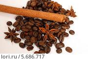 Зерна кофе, корица и звездочки аниса на белом фоне. Стоковое фото, фотограф Ольга Язовских / Фотобанк Лори