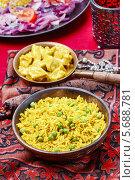Купить «Желтый рис с курицей карри на цветном платке», фото № 5688781, снято 16 декабря 2019 г. (c) BE&W Photo / Фотобанк Лори