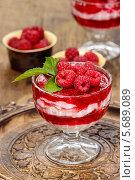 Малиновый десерт на деревянном столе. Стоковое фото, агентство BE&W Photo / Фотобанк Лори
